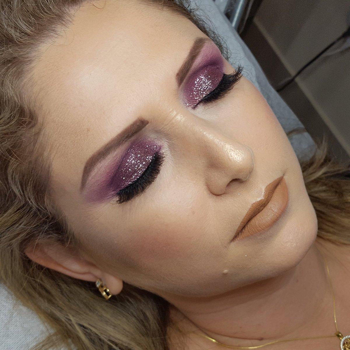 Maquiagem feita pela aluna Valeria no CURSO DE MAQUIAGEM SOCIAL PRO - COMPLETO. #maquiagem #londrina #cursoemlondrina #cursodemaquiagem #makeup #glitter