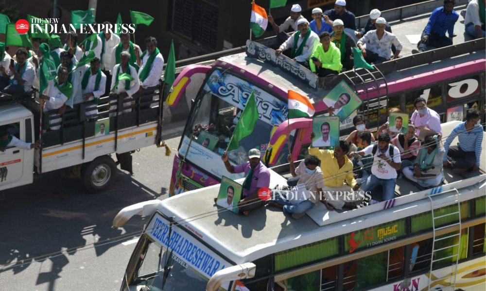 Thousands of #Farmers from across Karnataka entered Bengaluru & took a rally from KSR Railway Station to Freedom Park, in support of the #FarmersProtest in Delhi.  #TractorRally   Express Photo | @MeghanaSastry  @XpressBengaluru @santwana99