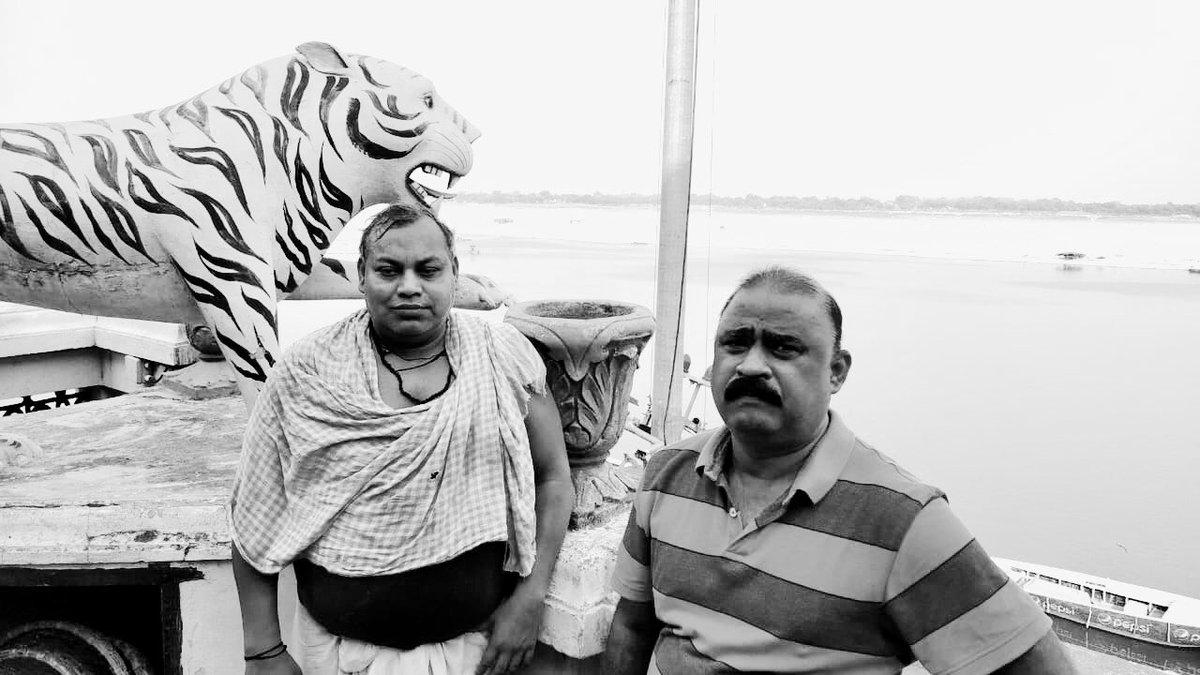 Kashi has age old traditions. One might have heard the story of Raja Harishchandra, Dom Raja and the cremation ghats of Kashi. Late Shri Jagdish Choudhury (wearing gamchha) 'Dom Raja' has been conferred #PadmaShree posthumously this year. #PadmaAwards #Kashi  PC: @DineshMishraNBT