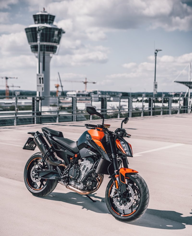 The super scalpel aka #KTM 890 Duke R. Can't wait to see if the beast mode is pre-installed.🤪   📸Schedl R.
