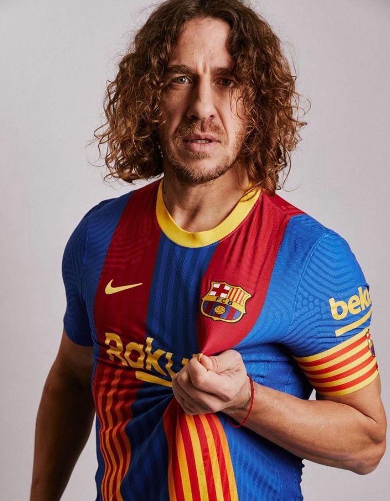 👉 La camiseta, en la 'percha' de @Carles5puyol, con la que el @FCBarcelona_es quiere encender el 'Clásico' 🔥🔥🔥