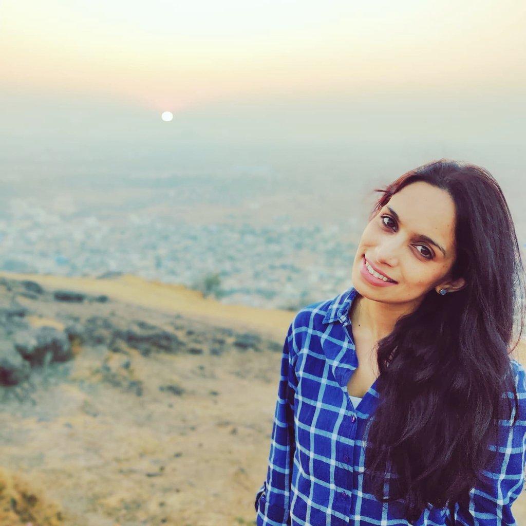 Kahin Door Jab Din dhal Jaye... . . #inthemountains #tolosemymindandfindmysoul #eveningtoremember #SunsetShimmer #metime #livelovelaugh #rjshrutii