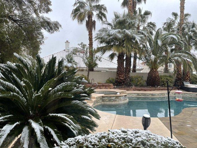 1 pic. It snowed in vegas at my house. ❄️🌨☃️ https://t.co/5xPtoVA3Oo