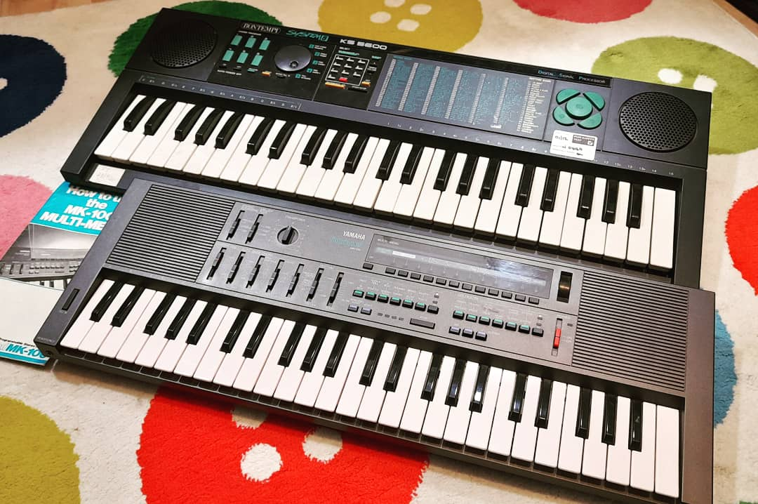 More cheese boards from auction. The #yamaha #mk100 and #bontempi #ks5600 The Mk100 is in the 'almost synth' category #cheesy #keyboard #retrokeyboard #vintagekeyboard #yamahakeyboard #bontempikeyboard #portasound #system5 #intl_osc #lofikeyboard https://t.co/fyP44Q2kro