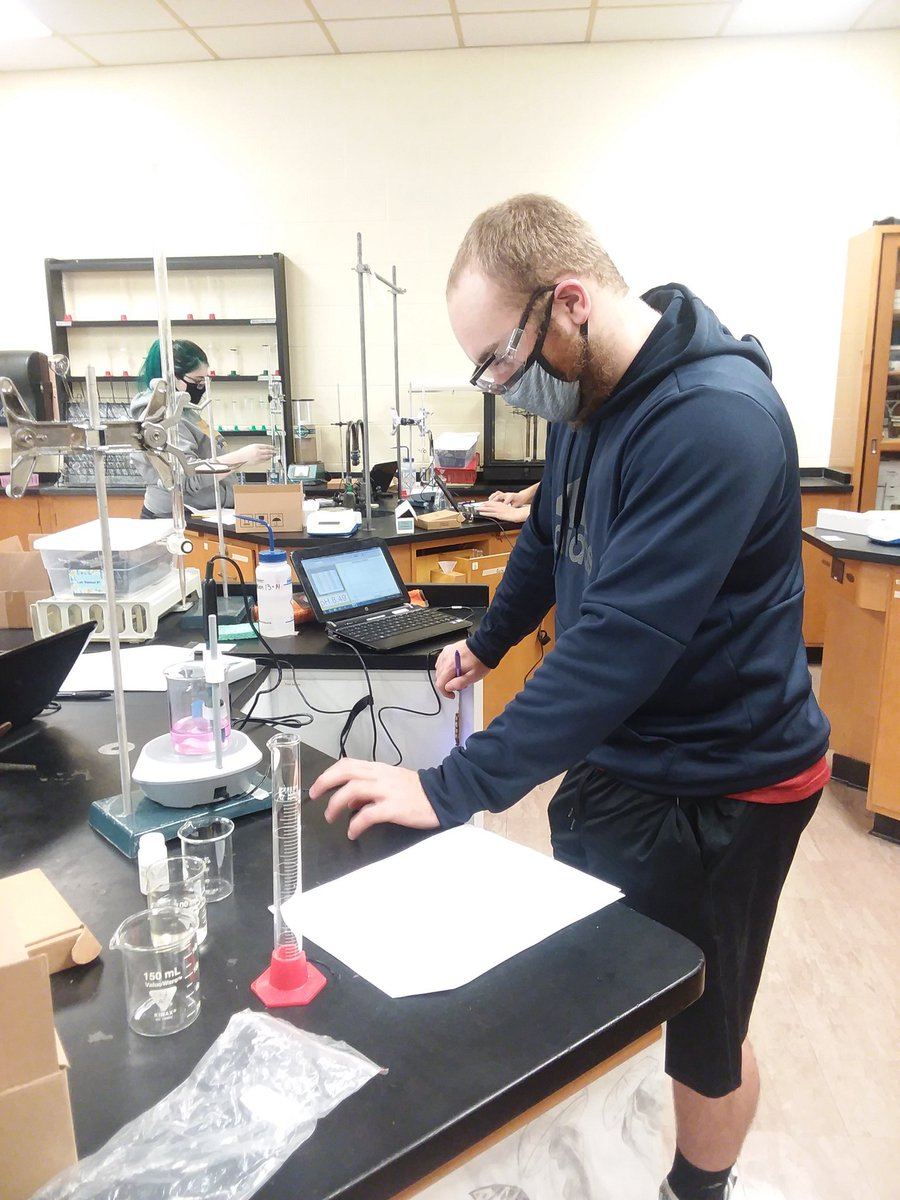 Mrs. Marr'sAdvanced chemistry using technology to titrate acids and bases. #Huskiepride #alwayslearning https://t.co/hBcHSvj83F