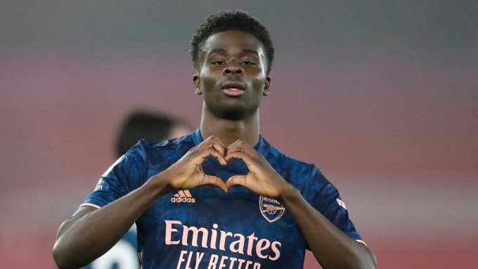 Bukayo celebrates by forming a heart shape with his fingers