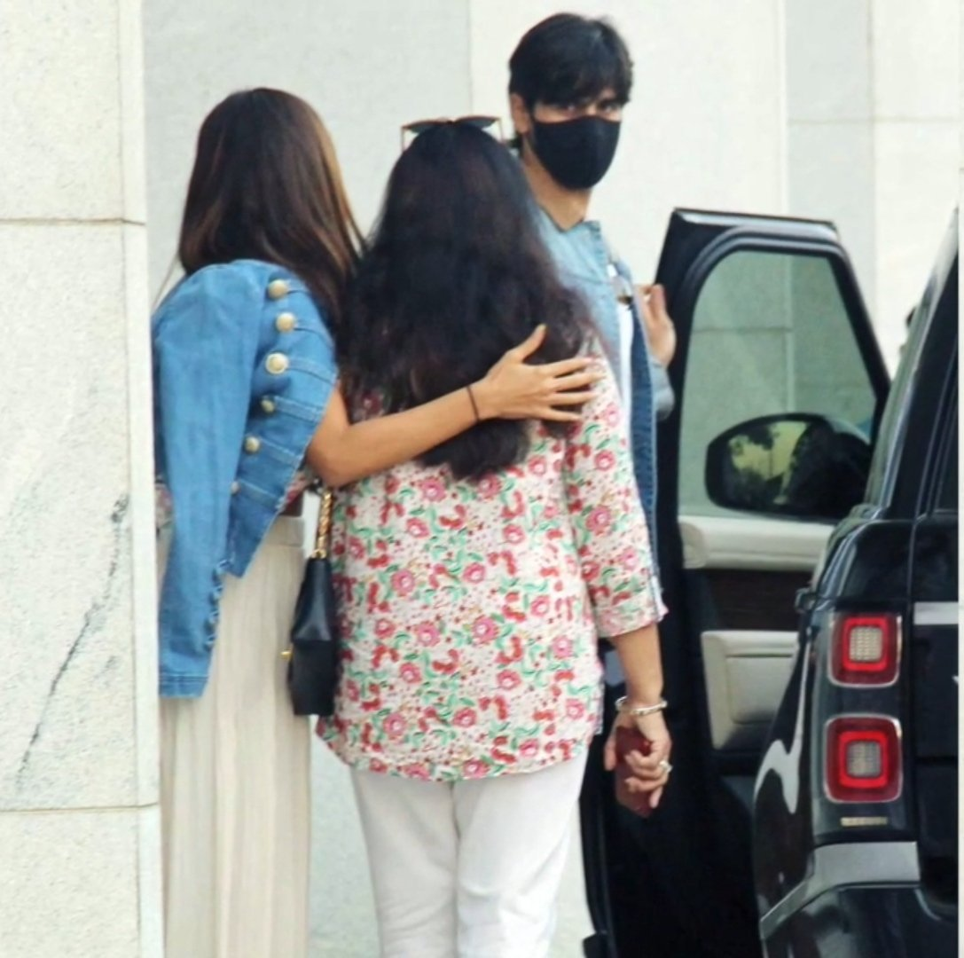 Holy hell, i am literally screaming right now @advani_kiara bhabhi with @SidMalhotra 's mother as they left BKC after having lunch P. C #MIDDAYINDIA #Unseen