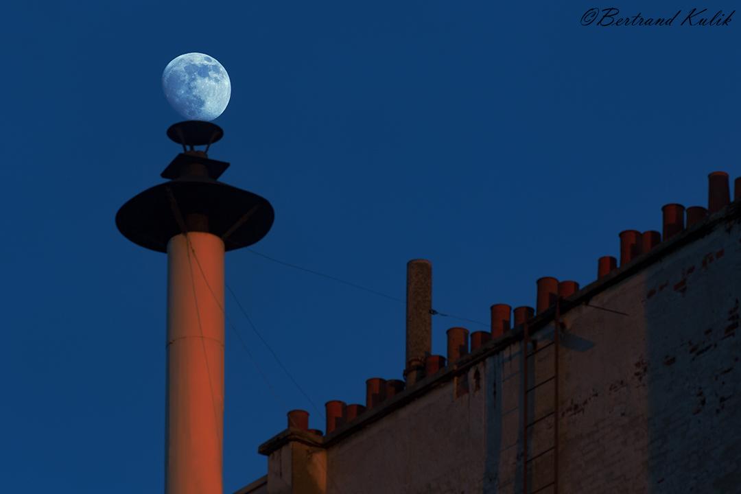 Lune gibbeuse croissante perchée  #sky #paris15 #lune #moon #astronomie #astronomy #urban_astronomy #france #weather #météo #meteo_france