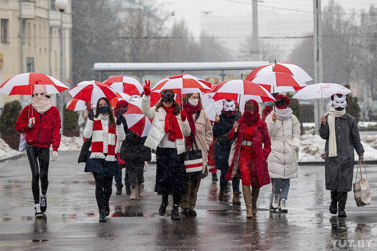 #Belarus Day 171. Amazingly brave Belarusian women in white and red have taken to the streets again. Many of them wear carnival masks because they dont want to be recognised by security forces and detained afterwards. I admire their courage and dedication to the cause