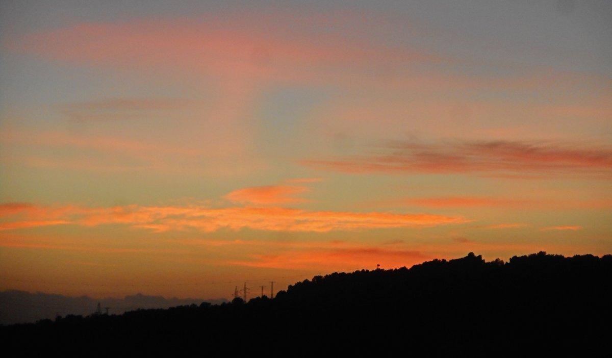 Amb alguns núvols alts hem acabat el dia a #ElsPallaresos T.màxima: 13.1ºC T.mínima: 4.1ºC Ratxa Màxima: 27km/h SW #sunset #Stormhour #eltempstv3 #meteocat #dades #meteo