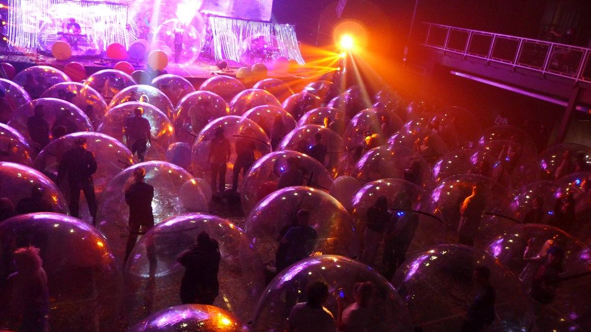 American rock band The Flaming Lips have come up with a creative way to put on live shows in the midst of the COVID-19 pandemic - putting themselves and their audience in protective 'space bubbles' https://t.co/Rk7m3Z13iy via @MLGumuchian 1/4 https://t.co/wAtUkBzl2k