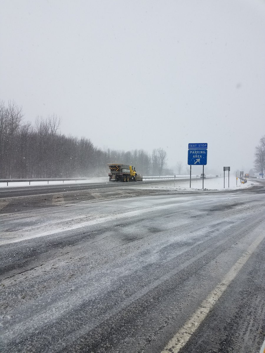 The Thruway has nearly 700 operators and more than 400 pieces of snow fighting equipment battling the #snow statewide. Here, Verona Maintenance Section in #CNY makes another pass. If you're traveling this afternoon and evening, reduce speed and maintain a safe distance. 🚨❄️🚗