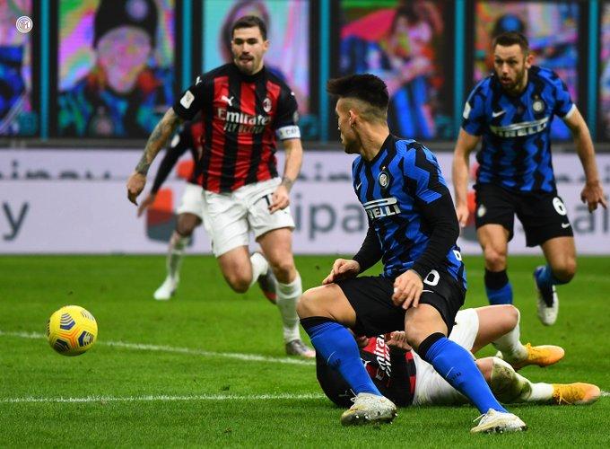 Pemain AC Milan dan Inter Milan berjibaku dalam laga Coppa Italia, Rabu (27/1/2021).