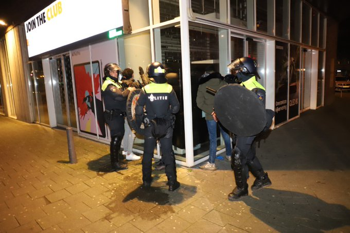 Aanhoudingen en charges door de ME in Rotterdam https://t.co/fzoLfhrptD https://t.co/lUwJpO4Y5Y