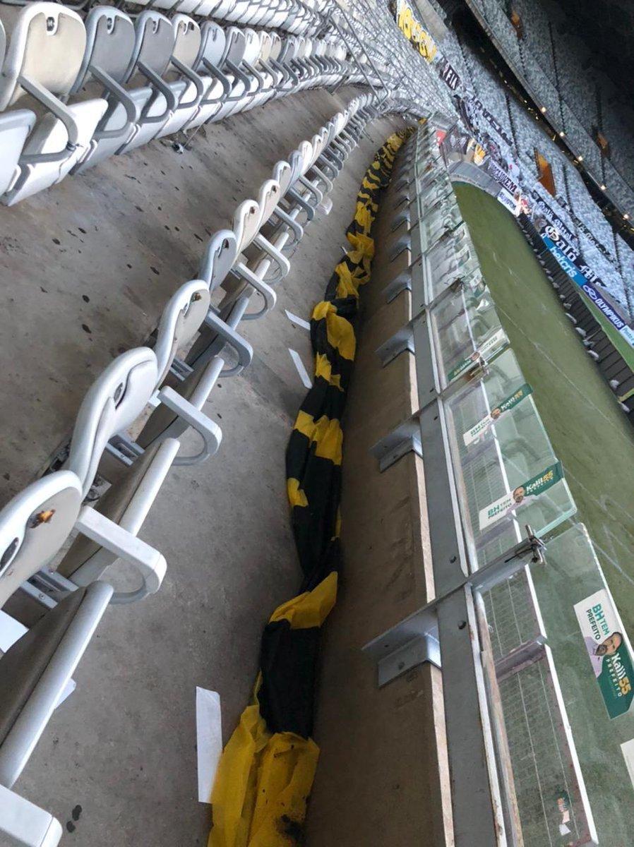 Assessoria do Atlético informa que o próprio clube foi responsável pela retirada das faixas de protesto, no #trmineirao (foto da @_bonutti)