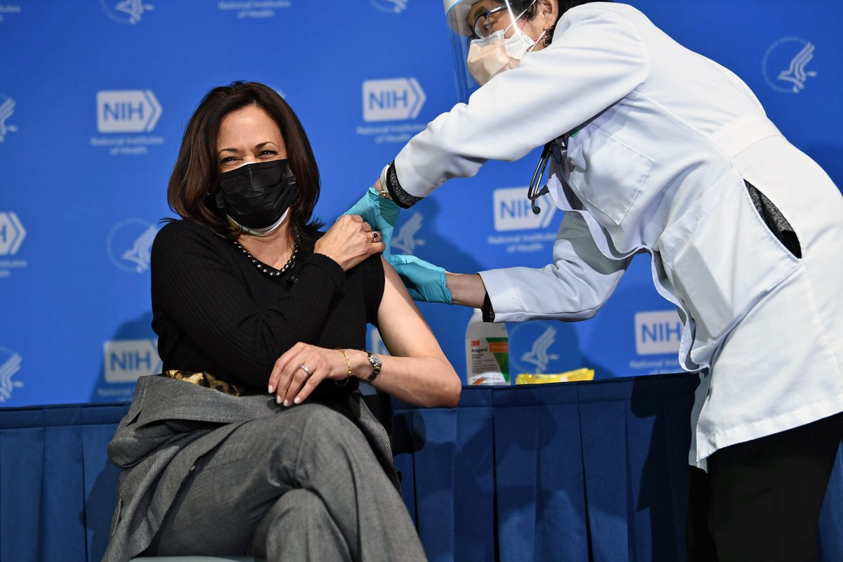 VP Harris receives her second dose of the Covid-19 vaccine at the National Institutes of Health.  📷 Brendan Smialowski / AFP