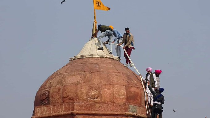Angry farmers storm India's Red Fort in challenge to Modi Photo