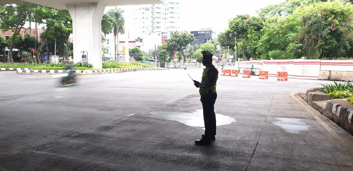 06.42 Situasi arus lalu lintas di Traffic Light Pancoran Jaksel terpantau ramai lancar.