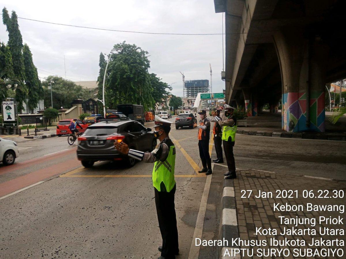 06.45 Situasi arus lalu lintas di Jl. Yos Sudarso Jakut terpantau ramai lancar.