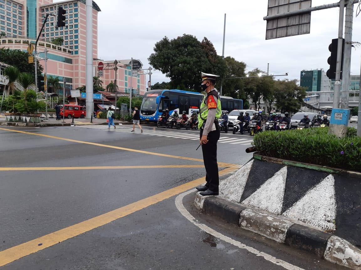 07.00 Situasi arus lalu lintas di Traffic Light Grogol Jakbar terpantau ramai lancar.
