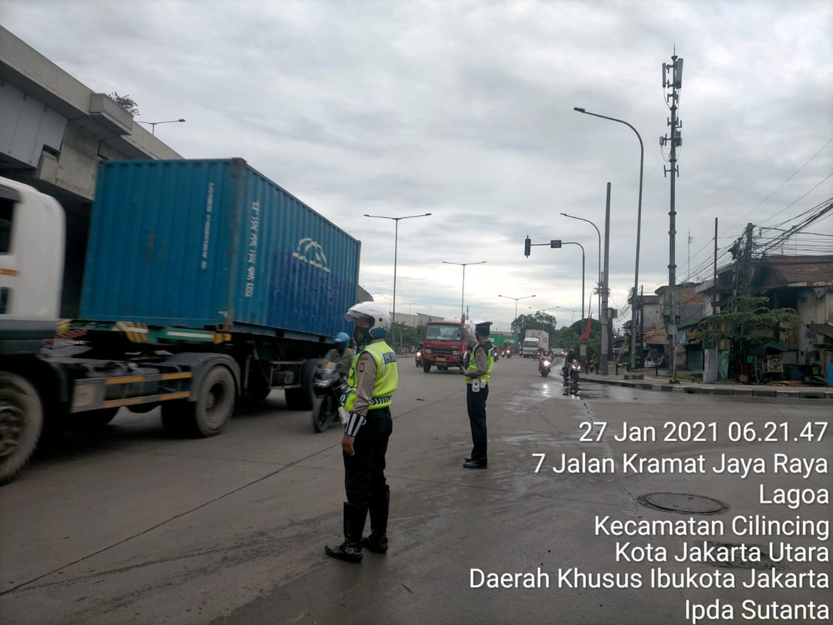06.48 Situasi arus lalu lintas di Traffic Light Jaya Koja Jakut terpantau ramai lancar.