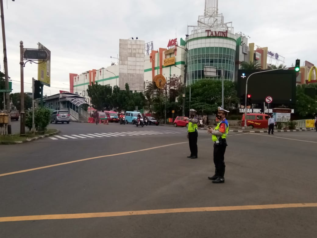 06.50 Situasi arus lalu lintas di Traffic Light Garuda Jaktim terpantau ramai lancar.