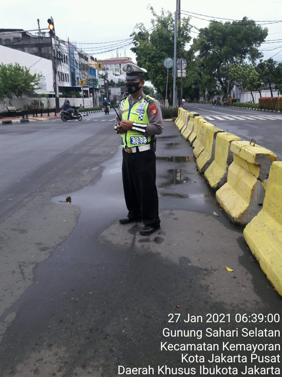 06.55 Situasi arus lalu lintas di Traffic Light Bungur Jakpus terpantau ramai lancar.