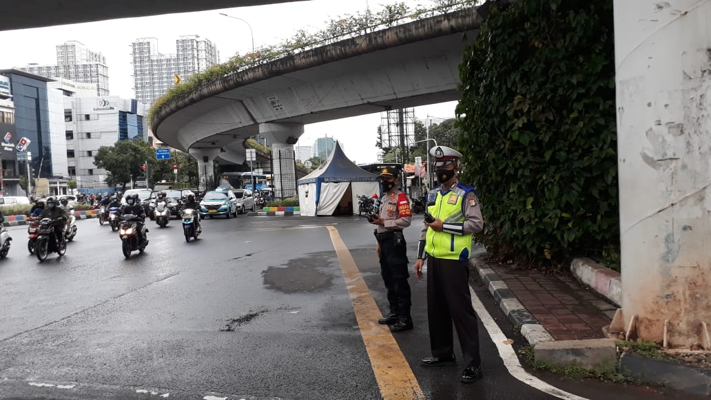 07.05 Situasi arus lalu lintas di Traffic Light Matraman Jaktim terpantau ramai lancar.