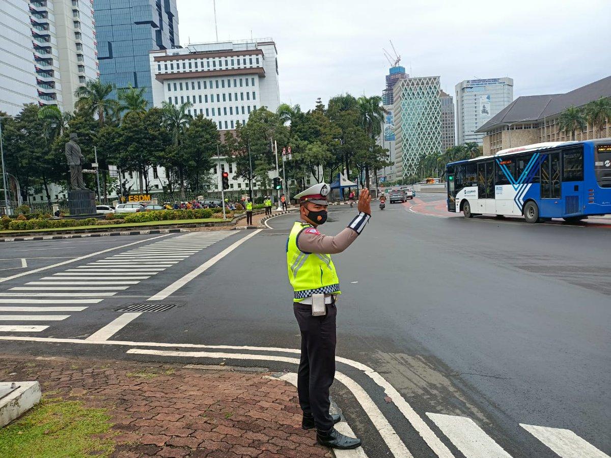 07.10 Situasi arus lalu lintas di Traffic Light Patung Kuda Monas Jakpus terpantau ramai lancar.