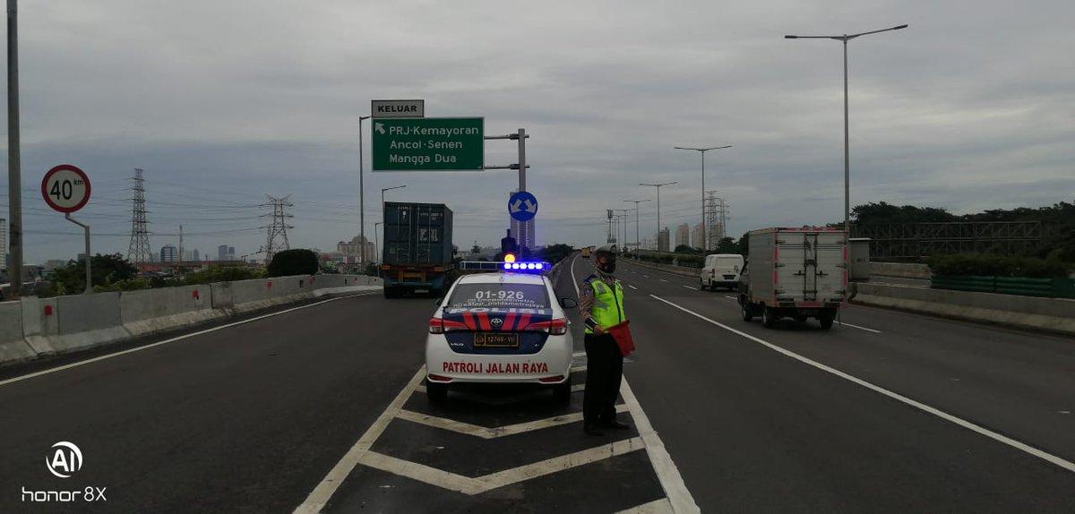 07.13 Situasi arus lalu lintas di Keluaran Tol Kemayoran terpantau ramai lancar.