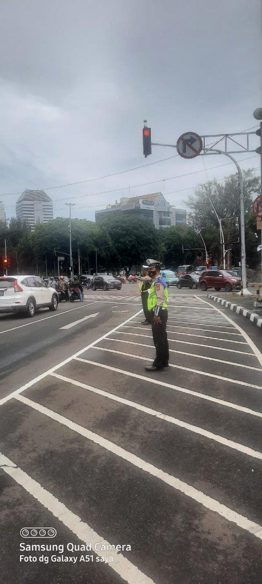 07.15 Situasi arus lalu lintas di Traffic Light Tugu Tani Jakpus terpantau ramai lancar.