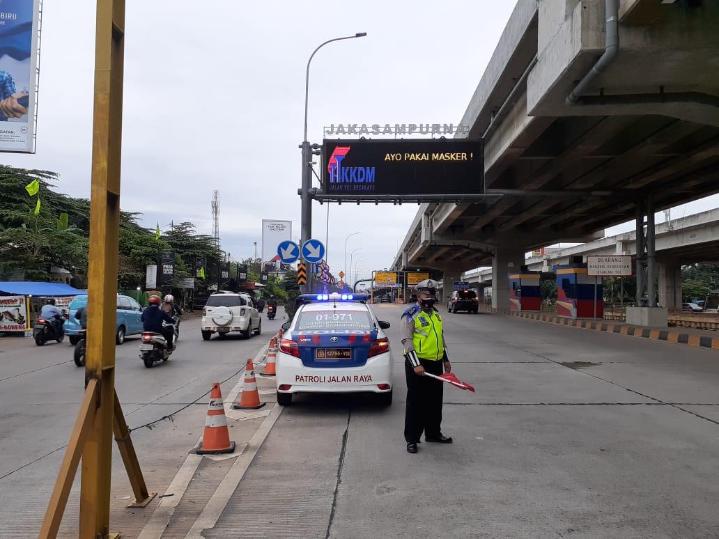 07.20 Situasi arus lalu lintas di Gerbang Tol Jakasampurna terpantau lancar.