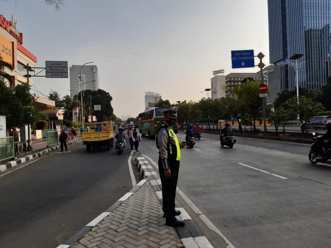 07.25 Situasi arus lalu lintas di Depan Mall Slipi Jaya Jakbar terpantau ramai lancar.