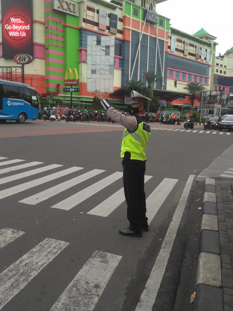 07.30 Situasi arus lalu lintas di Traffic Light PGC Cililitan Jaktim terpantau ramai lancar.