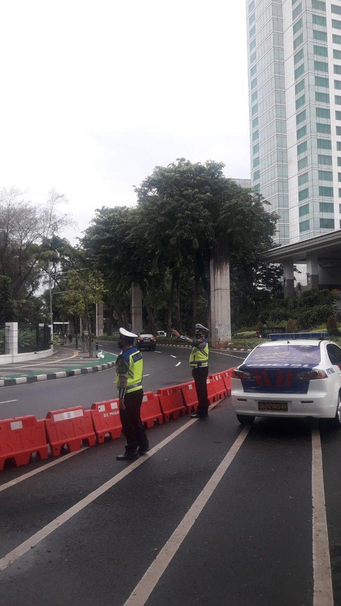 07.45 Situasi arus lalu lintas di Traffic Light Lapangan Tembak Senayan terpantau ramai lancar.