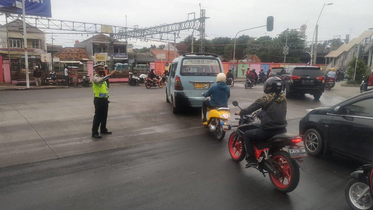 07.38 Situasi arus lalu lintas di Traffic Light Kodim Lama Jaktim terpantau ramai lancar.