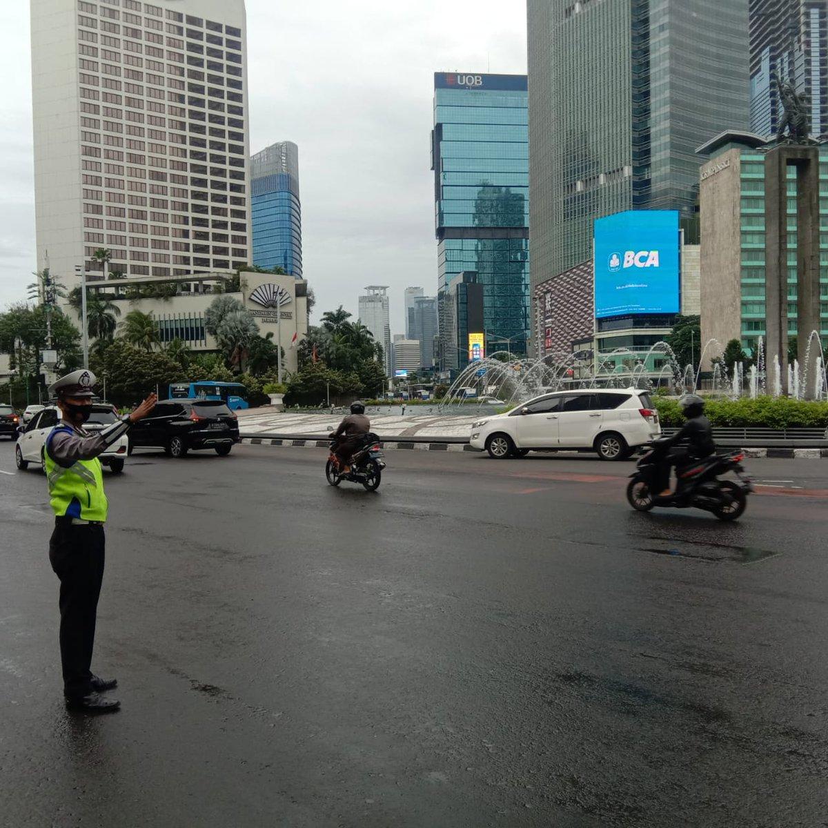 07.55 Situasi arus lalu lintas di Bundaran HI Jakpus terpantau ramai lancar.
