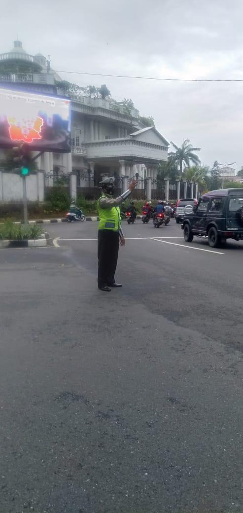 08.00 Situasi arus lalu lintas di Traffic Light Bundaran Pondok Indah Jaksel terpantau ramai lancar.