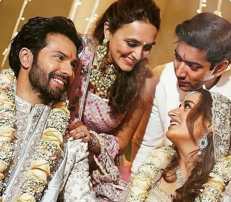The Dhawans surely believe in welcoming the bride with lots of love and smiles. #VarunDhawan #NatashaDalal