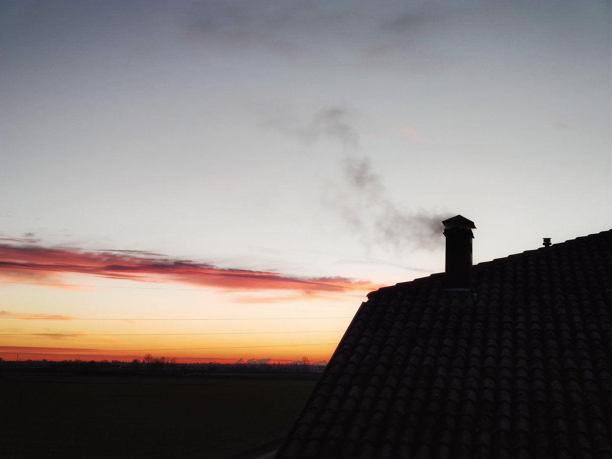 Clear start #morning #mattina #winter #inverno #paesaggio #landscape #alba #sunrise #colori #colors #tetto #roof #fumo #smoke #photography #fotografia