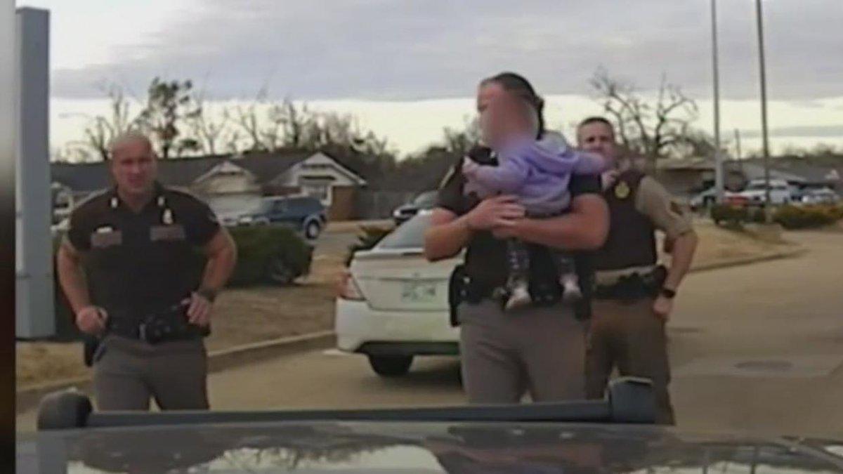 Agente enternece con su calidez y ternura al rescatar a un bebé tras una persecución.