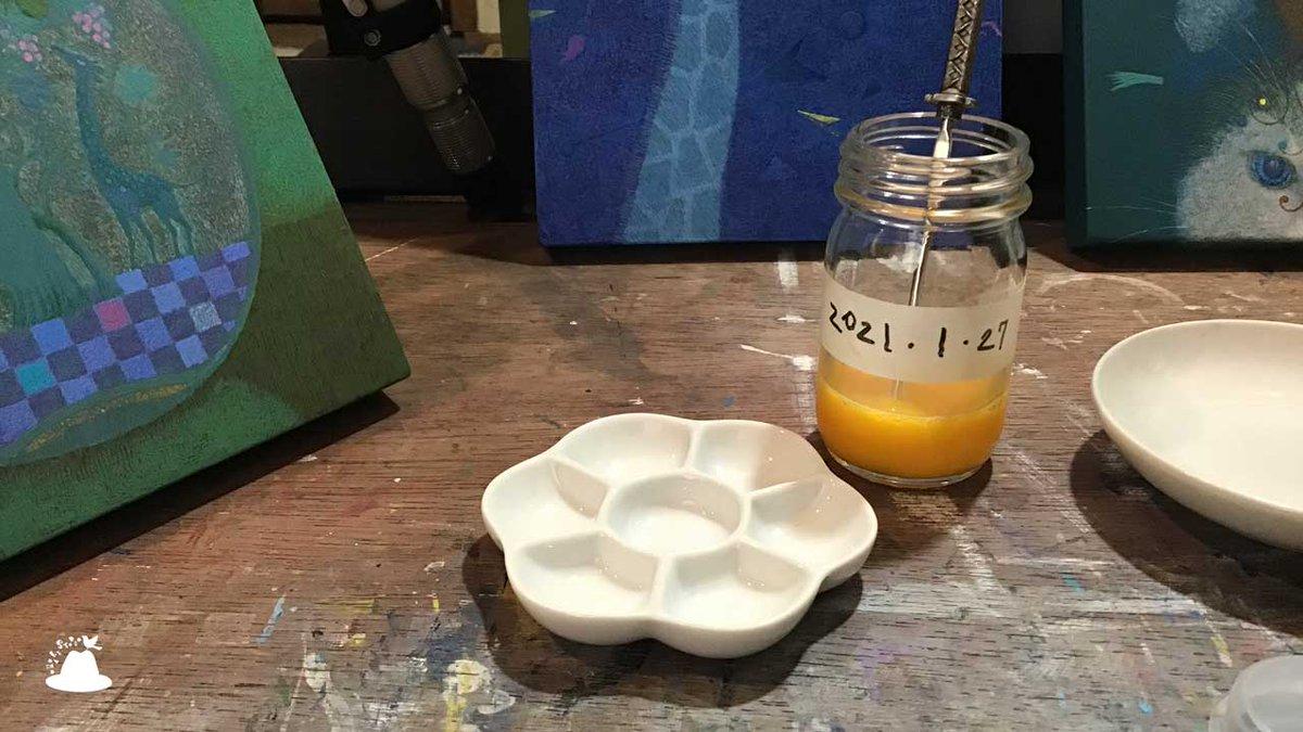 午前中に #卵黄テンペラ のメディウムを使い切ったので、新しいのを作りました〜(。・ω・。) 瓶に入ってる棒は、刀型の耳かきです。ちょうどいい量のメディウムや顔料を絵皿に出せます。便利です。耳かきは仙台で買ったお土産です。#art #artwork