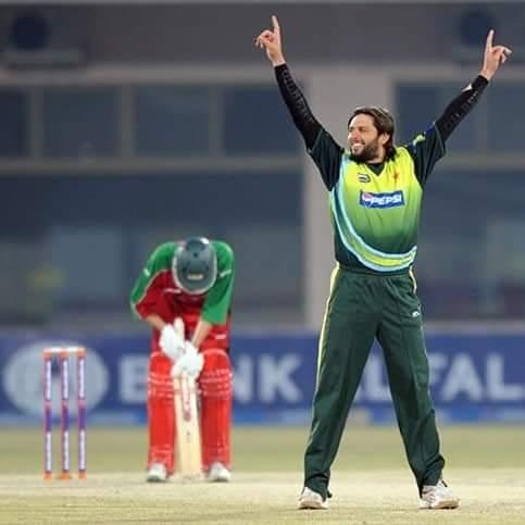 #OnThisDay 3rd ODI (D/N), Zimbabwe tour of Pakistan at Multan. #🇵🇰:272/9 #Zim:235/7 (50 ov) 🇵🇰 Won by 37 runs & @SAfridiOfficial Got player of the match award👍.he scored 85(52) with 6×6,4×2 & took 1 wickt  #BoomBoom #HopeNotOut #ThankYouAfridi @TEAM_AFRIDI