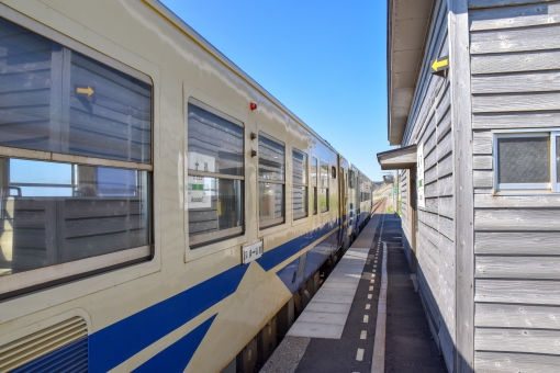 驫木駅とローカル電車1→ 詳細→ 他の写真は  #写真好きさんと繋がりたい #ストックフォト #フリー素材 #カメラ男子 #photoAC #写真AC #photography