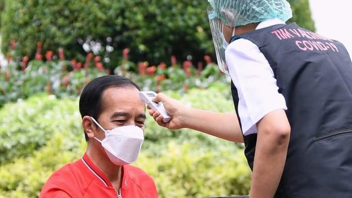 #Foto Presiden Jokowi menjalani vaksinasi ke-2 di Istana Kepresidenan Jakarta. Jokowi mengenakan singlet, atau 'kaos kutang' saat divaksin. Begini momennya: #Jokowi #VaksinCorona  Baca beritanya di ! Foto: Dok. Setpres