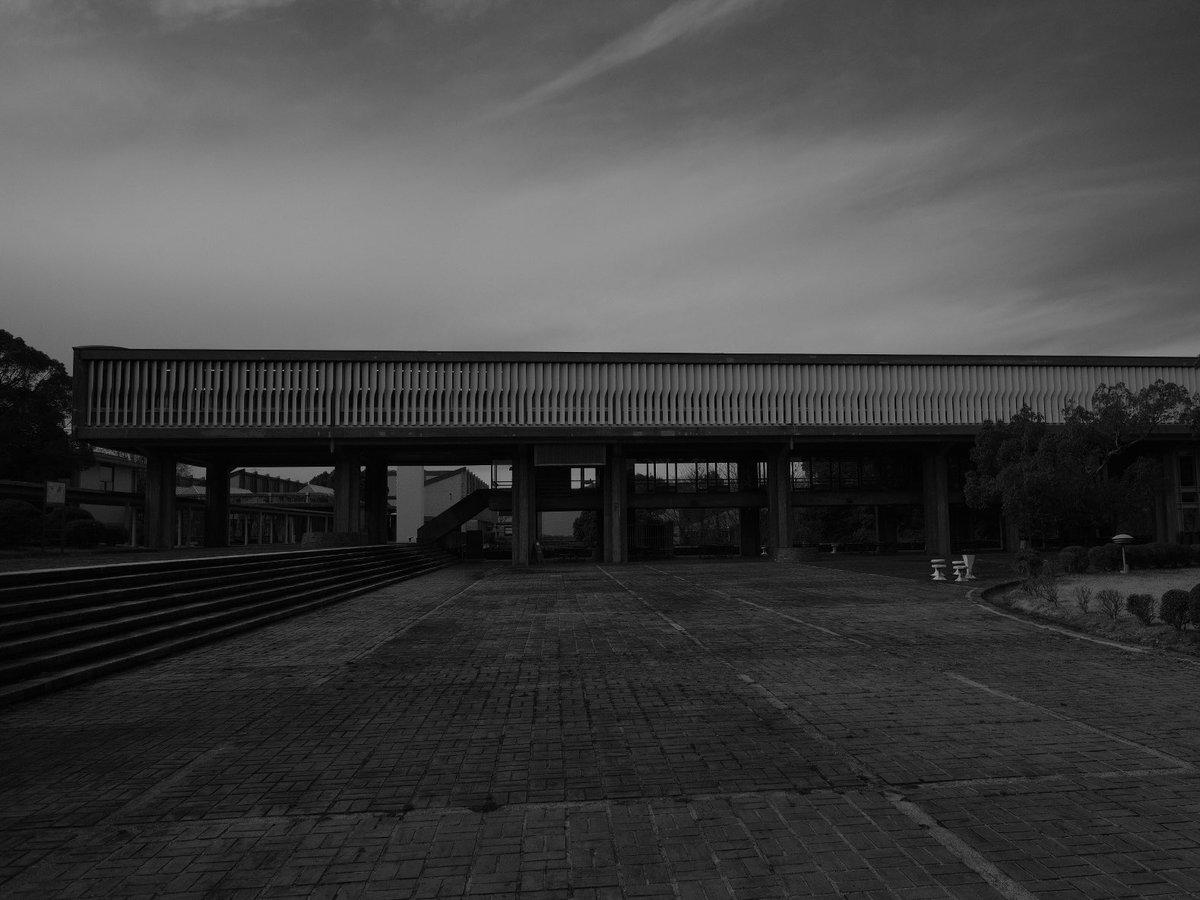 取り壊しを逃れた吉村順三作品。一部建物を失った事は残念。新しい建物が駄目過ぎて驚いた。敬意の無い建替えはやめた方がいい。ましてや芸大でこれは何なんだろうか。 #vscocam #architects #建築 #デザイン #暮らし #日々 #fujifilm #xpro2 #xf35mmf14  #fujifilmxseries #fujifilm_xseries