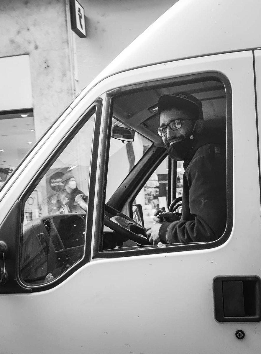 """""""Un sourire coûte moins cher que l'électricité, mais donne autant de lumière."""" L'abbé Pierre.  .  #Smile  #noiretblanc #citation #streetphotography #portrait  #saintetienne #bnw #photo #bnw_captures #photooftheday #photography #blackandwhite #Monochrome #street #art #sun https://t.co/PNwzFBlsjL"""
