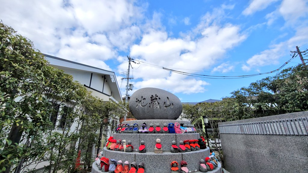 anyone had seeing on the any street. Jizo is known as the guardian deity of children in this country culture😌 make a wish pray for our get back usual peace life🛐 photo by @tomo_kka   #jizo #お地蔵様 #COVID19 #CoronaVirusUpdate #StateOfEmergency #ENDLOCKDOWNNOW  #StayHome