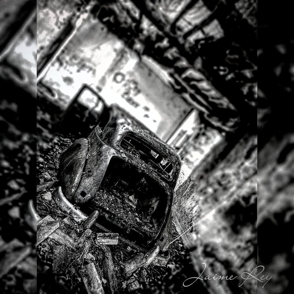 Coche abandonado (Serie Urbex)  #urbexspain #urbexworld #urbexphotography #photooftheday #oppocrew #shotonoppo #fotografia #fotosconelmovil #coche #ruinas #GalizaMáxica #urbexgalicia #blackandwhite #blackandwhitephotography #blancoynegro @galiciamaxica @Turgalicia @oppomobilees
