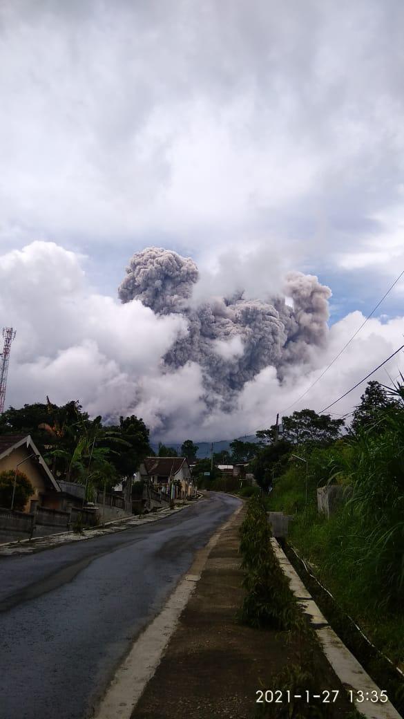 Gunung Merapi (2.930 Mdpl) meletus besar Rabu (27/1/2020) siang, sekitar pukul 13.45 WIB.  Kolom raksasa abu vulkanik membubung dari puncak, bisa dilihat secara jelas dari sekitar Kawasan Cangkringan, Sleman, DIY.  #PrayForIndonesia  #PrayForMerapi  #SatuPaduTanganiBencana